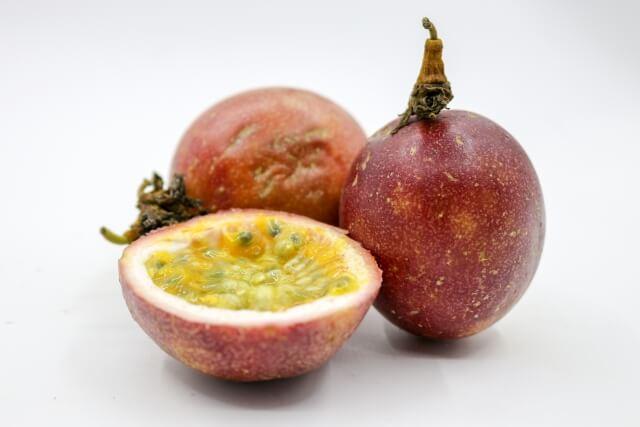 パッションフルーツはどんな味?人気のジュースとシロップをご紹介